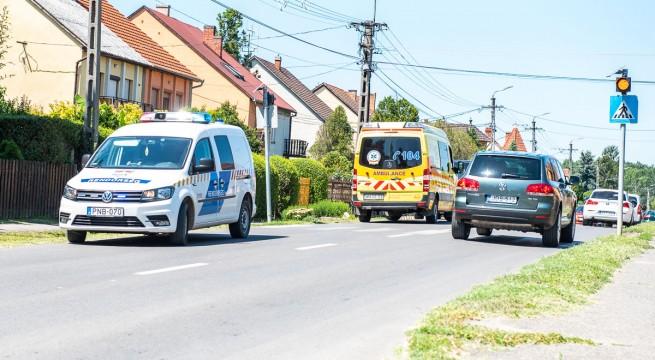 Mentő szállította kórházba azt a férfit, aki szerda délben esett el a Harkányi úton.