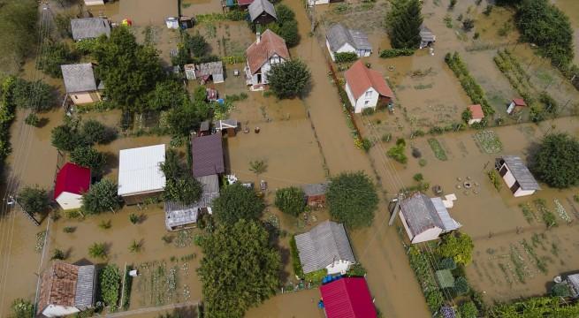 A nagy esőzés miatt kiáradt a Rinya-patak Nagyatádon . Fotó: Varga György, MTI