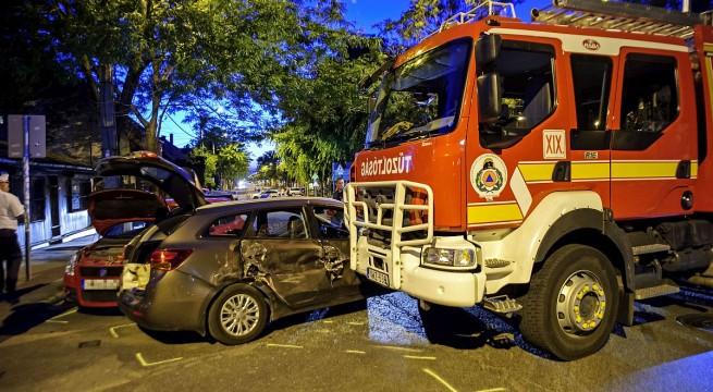 Budapesten szirénázó tűzoltó és két személyautó ütközött - egy súlyos sérült. Fotó: Lakatos Péter, MTI