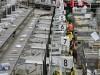 A csomagokat rendezik a posta ferencvárosi csomaglogisztikai üzemében. Fotó: Kovács Tamás