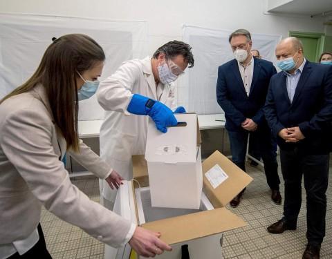Kicsomagolják a koronavírus elleni oltóanyagot, a Pfizer-BioNTech vakcinát a PTE Klinikai Központjában. Fotó: Sóki Tamás