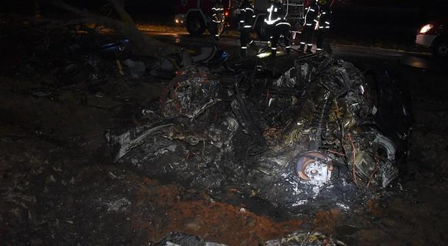Rendőrségi felvétel - összeégett roncs Egerág mellett - a sofőr kirepült az autóból