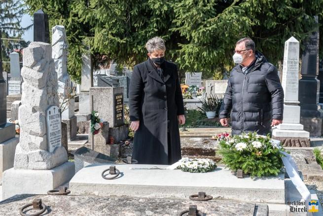 Kanizsai István és Böbékné Czékus Ildikó dr. Kregczy Ottó felújított sírja előtt Siklóson