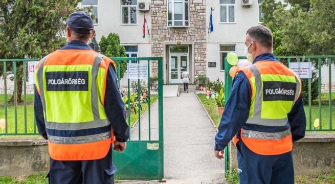 Polgárőrök segítik a beléptetést a siklósi Táncsics Mihály Gimnáziumban.