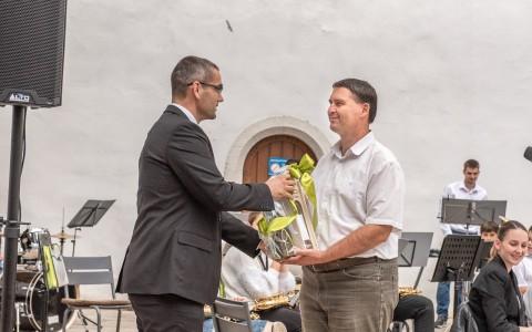 Riegl Gábor polgármester adja át a siklósi önkormányzat különdíját a névadónak.