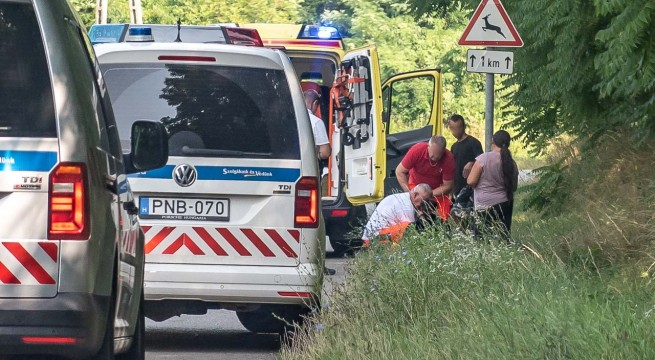 Mentősök hordágyra teszik a baleset sérültjét az 5711-es úton