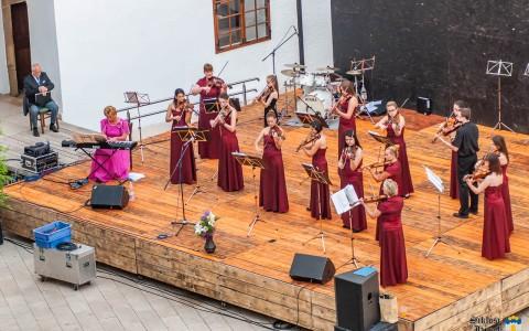 A zenekar 20 éves koncertjének is a vár udvara adott otthont 2015-ben