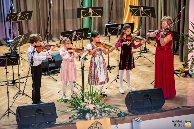 Dolce Hegedűegyüttes ifjú zenészei
