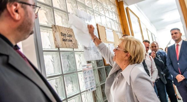 Dr. Papp Judit leplezte le édesapjáról elnevezett tanári terem márványtábláját