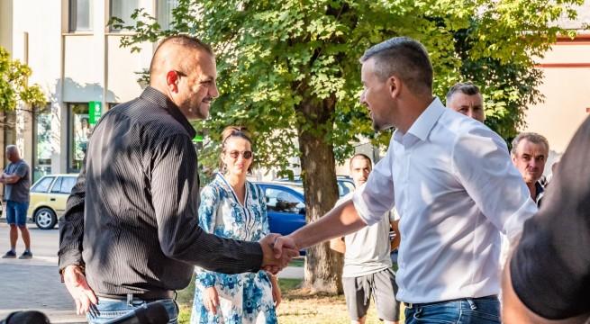 Alpár György (b) és Jakab Péter (j) a Jobbik utcafórumán Siklóson