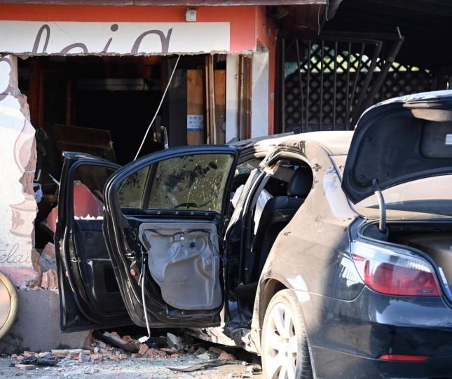 Dunavarsányban az útszéli kocsmába csapódott egy autó vasárnap, a sofőr meghalt.
