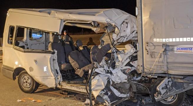 Mind az öten meghaltak, amikor kisbuszuk egy kamionnak rohant.