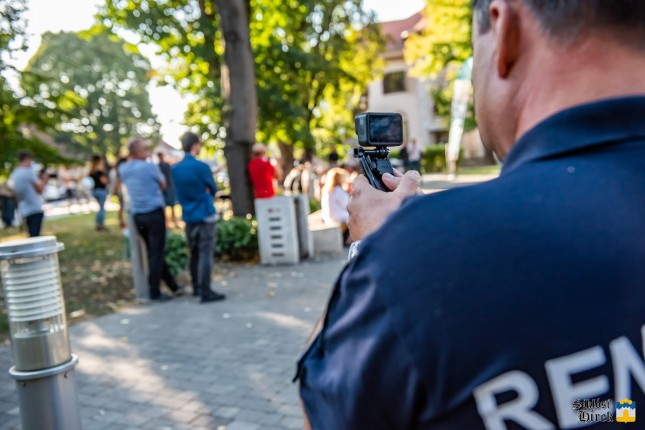 Rendőrök rögzítik a Jobbik rendezvényének résztvevőit Siklóson
