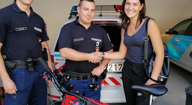 Rendőrségi felvétel a kerékpár visszakapásáról